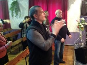 Во время прославления, епископ Леонид Вороненко и пастор Михаил Шлепоченко
