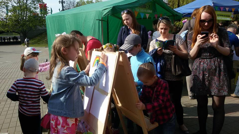 20.На островке «Мама+Я» дети могли почувствовать себя настоящими художниками.