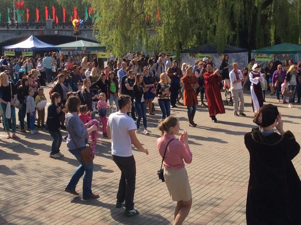 А еще вместе с гостями фестиваля были разучены средневековые танцы.